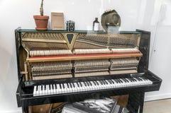 Ein Klavier mit OPspitze der verschiedenen Einzelteile des Klaviers lizenzfreie stockbilder