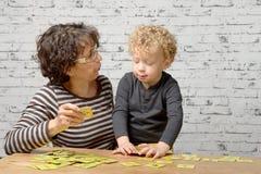 Ein kleiner blonder Junge mit seiner Großmutter Stockfotografie