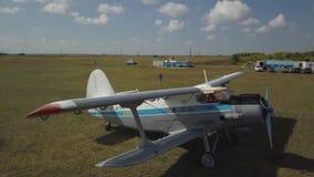 Ein kleiner Flugplatz nahe der Stadt von Astana stock video
