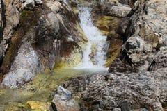 Ein kleiner Fluss in den Bergen stockbild