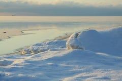 Ein kleiner Fluss, der in einfrierendes Meer fließt Stockbild