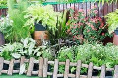 Ein kleiner Garten vor dem Stadium lizenzfreie stockfotos