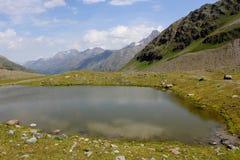 Ein kleiner Gebirgssee Stockfotos
