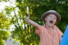 Ein kleiner Junge auf der Natur Stockfotografie