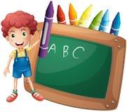 Ein kleiner Junge, der einen großen violetten Zeichenstift nahe der Tafel hält stock abbildung