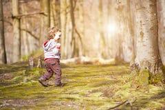 Ein kleiner Junge, der im Wald spielt Lizenzfreie Stockfotografie