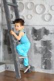 Ein kleiner Junge, der unten Treppe kommt Stockbild