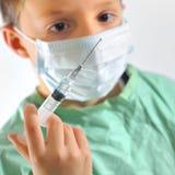 Ein kleiner Junge in Doktoren konstant lizenzfreie stockfotografie