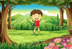 Ein kleiner Junge am Holz Lizenzfreies Stockfoto