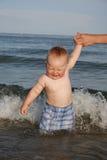 Ein kleiner Junge ist gebadetes at-sea Lizenzfreies Stockbild