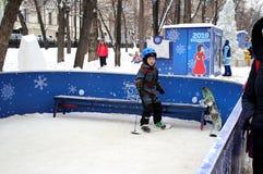 Ein kleiner Junge lernt, einen Snowboard auf Tverskoy-Boulevard zu reiten stockfoto