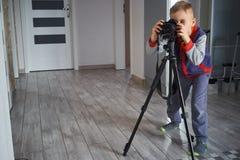 Ein kleiner Junge macht Fotos lizenzfreie stockbilder
