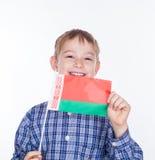 Ein kleiner Junge mit belarussischer Flagge Stockfotografie