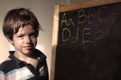Ein kleiner Junge mit einem Gestell Stockfotos