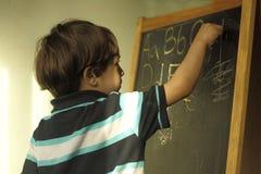 Ein kleiner Junge mit einem Gestell Stockbild