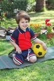 Ein kleiner Junge mit einem reizend Lächeln Lizenzfreie Stockfotos