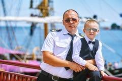 Ein kleiner Junge mit seinem Vater ein Seemann Lizenzfreie Stockbilder