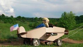 Ein kleiner Junge reitet eine selbst gemachte Pappfl?che stockfotos