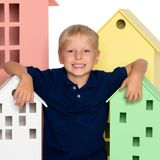 Ein kleiner Junge spielt mit bunten Häusern Lizenzfreie Stockfotos