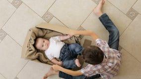 Ein kleiner Junge spielt mit seinem jüngeren Bruder stock video