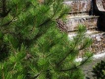 Ein kleiner künstlicher Wasserfall Stockfotografie
