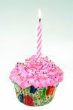 Ein kleiner Kuchen mit Lit-Kerze Lizenzfreies Stockfoto