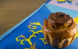 Ein kleiner Kuchen mit Rosinen Selbst gemachtes Backen Auf einem blauen Tuch lizenzfreies stockbild