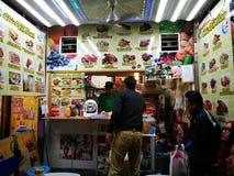 Ein kleiner Lebensmittelstall genommen bei Ameyoko Stockbilder