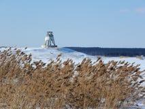 Ein kleiner Leuchtturm auf dem Ufer von einem gefrorenen Fluss Russland, UralJanuary, Temperatur -33C stockfotografie