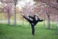 Ein kleiner Mann spielt Ninja Lizenzfreies Stockbild
