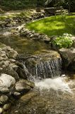 Ein kleiner Nebenfluss mit einem Wasserfall Stockfotos