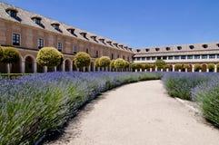 Ein kleiner Park mit Lavendelanlagen und historischen Gebäuden in Aranjuez, Spanien Lizenzfreies Stockbild