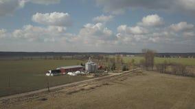 Ein kleiner privater Bauernhof genommen von einer Panoramasicht Videoackerland mit Brummen oder quadrocopter Silos, Traktoren und stock video footage