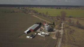 Ein kleiner privater Bauernhof genommen von einer Panoramasicht Videoackerland mit Brummen oder quadrocopter Silos, Traktoren und stock video