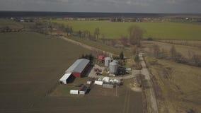 Ein kleiner privater Bauernhof genommen von einer Panoramasicht Videoackerland mit Brummen oder quadrocopter Silos, Traktoren und stock footage