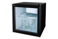 Ein kleiner schwarzer Kühlschrank mit einer transparenten Glastür, innerhalb zwei Gläser voll vom Wasser, das Konzept des Abkühle lizenzfreie stockfotos