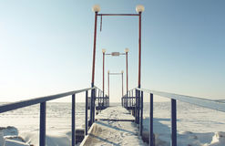 Ein kleiner Steg mit Abdrücken auf Schnee Lizenzfreies Stockbild