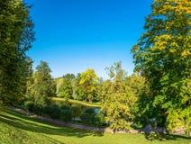 Ein kleiner Teich im Park von Peterhof Lizenzfreie Stockfotos