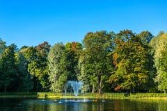 Ein kleiner Teich mit einem Brunnen im Park von Peterhof Lizenzfreie Stockfotografie