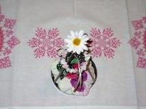 Ein kleiner Versuch Whit ein Schmetterling in der Mitte und eine Sonnenblume auf die Oberseite stockbild