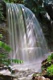 Ein kleiner Wasserfall Lizenzfreie Stockfotos