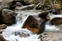 Ein kleiner Wasserfall Stockfotos