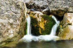 Ein kleiner Wasserfall auf dem Fluss Stockfotos