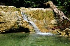 Ein kleiner Wasserfall in den Bergen Stockfotos
