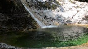 Ein kleiner Wasserfall des klaren und klaren Wassers stock video footage