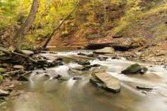 Ein kleiner Wasserfall geschossen mit Zeitbelichtung lizenzfreie stockfotos