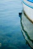 Ein kleines blaues Reihenboot im seichten Wasser Stockfoto