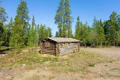 Ein kleines Blockhaus in der Wildnis Stockbild
