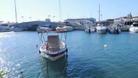 Ein kleines Boot auf dem Wasser im Limassol-Jachthafen mit netten Wellenreflexionen auf seinem Rumpf stock footage