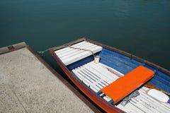 Ein kleines Boot am Pier Stockbild